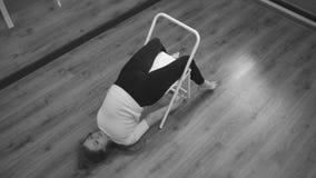 Vrouw die achterspier doen die oefening versterken stock videobeelden