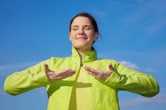 Vrouw die ademhalingsoefeningen doet Stock Foto