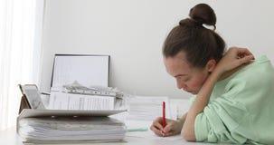 Vrouw die administratie in bureau doen stock video