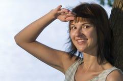 Vrouw die afstand onderzoekt Royalty-vrije Stock Afbeelding