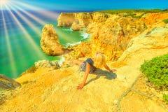 Vrouw die in Algarve zonnebaden royalty-vrije stock foto