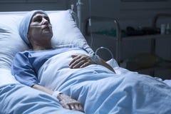 Vrouw die alleen in armenhuis sterven royalty-vrije stock foto