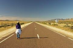 Vrouw die alleen loopt Stock Foto's