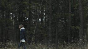 Vrouw die alleen op een bos weggaan stock videobeelden
