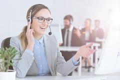 Vrouw die als call centrevertegenwoordiger werken royalty-vrije stock afbeeldingen