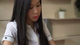 Vrouw die app op smartphone in het bureau gebruiken stock video