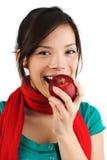 Vrouw die appel eet Stock Foto