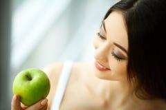 Vrouw die appel eten Mooi Meisje met Witte Tanden die Apple bijten Stock Afbeelding