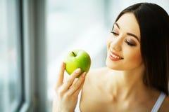 Vrouw die appel eten Mooi Meisje met Witte Tanden die Apple bijten Stock Foto's