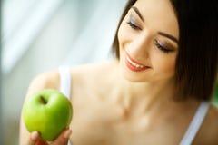 Vrouw die appel eten Mooi Meisje met Witte Tanden die Apple bijten Stock Fotografie