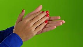 Vrouw die applaus doen haar handen op een groene het schermachtergrond stock video