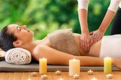 Vrouw die aromatische oliemassage in openluchtkuuroord hebben Royalty-vrije Stock Afbeelding