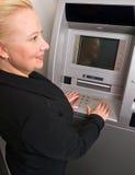 Vrouw die ATM gebruikt Stock Fotografie