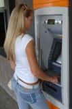 Vrouw die ATM gebruikt Royalty-vrije Stock Foto's