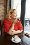 Vrouw die audiobericht registreren stock fotografie