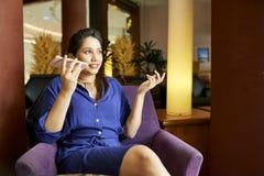 Vrouw die audiobericht registreren stock afbeeldingen