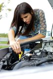 Vrouw die auto gebroken motor controleert Royalty-vrije Stock Foto's