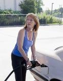 Vrouw die autogashouder vult Stock Foto