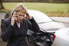 Vrouw die Autoongeval bij de Landweg roepen te melden stock foto's