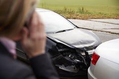 Vrouw die Autoongeval bij de Landweg roepen te melden royalty-vrije stock afbeelding