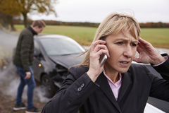 Vrouw die Autoongeval bij de Landweg roepen te melden royalty-vrije stock afbeeldingen