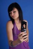 Vrouw die autoportret neemt dat mobiele telefoon met behulp van Royalty-vrije Stock Afbeeldingen