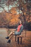 Vrouw die in avondpark rusten Stock Fotografie
