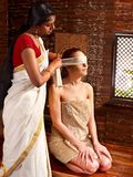Vrouw die ayurveda spa behandeling hebben. Stock Foto