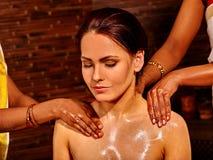 Vrouw die Ayurvedic spa behandeling hebben Royalty-vrije Stock Afbeelding