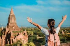 Vrouw die backpacker met zich op Pagode bevinden en hoed, Aziatische reiziger reizen die Mooie oude tempels, oriëntatiepunt en po stock foto's