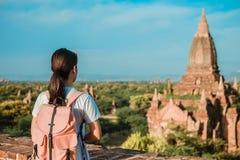 Vrouw die backpacker met zich op Pagode bevinden en hoed, Aziatische reiziger reizen die Mooie oude tempels, oriëntatiepunt en po royalty-vrije stock afbeelding