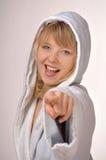 Vrouw die in badjas op u richt Stock Foto's