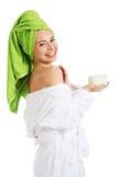 Vrouw die in badjas room op schouder toepassen Royalty-vrije Stock Foto