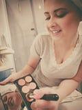 Vrouw die in badkamers contour bronzer bij de borstel toepassen Stock Afbeeldingen