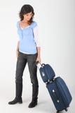 Vrouw die bagage rijdt Stock Foto's