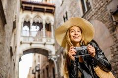Vrouw die in Barcelona reizen stock foto