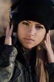 Vrouw die beanie hoed met hoofdtelefoons dragen stock foto's