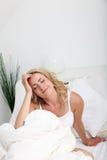 Vrouw die in bed droomt Stock Foto's