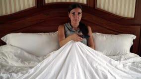Vrouw die in bed het letten op televisie liggen 4K stock footage