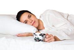 Vrouw die in bed ligt Royalty-vrije Stock Afbeelding