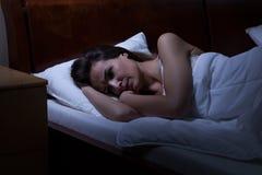 Vrouw die in bed ligt Royalty-vrije Stock Foto