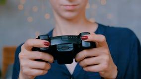 Vrouw die bedieningshendel met behulp van of gamepad stock footage