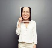 Vrouw die beeld behandelen met groot gelukkig gezicht Stock Fotografie