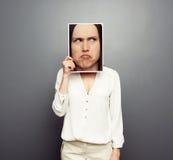 Vrouw die beeld behandelen met groot peinzend gezicht Stock Foto's