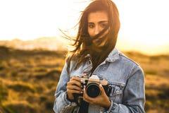 Vrouw die Beeld in openlucht neemt Royalty-vrije Stock Foto's