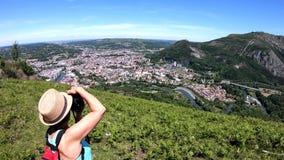 Vrouw die beeld van de stad van Lourdes, beroemd voor zijn bedevaart nemen stock videobeelden