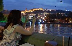 Vrouw die beeld van een stadsweekend nemen in openluchtrestaurant royalty-vrije stock afbeeldingen