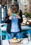 Vrouw die beeld van haar ontbijt van de koffiewinkel nemen royalty-vrije stock afbeeldingen