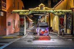 Vrouw die beeld van vervoer op verlichte straat nemen bij Oude Stad in de Historische Kust van Florida stock afbeeldingen
