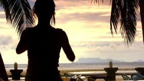 Vrouw die beelden met haar smartphone nemen bij stock video